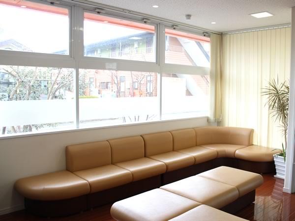 大村市の古賀島町、内科一般・糖尿病を専門とするちくばクリニック|待合室